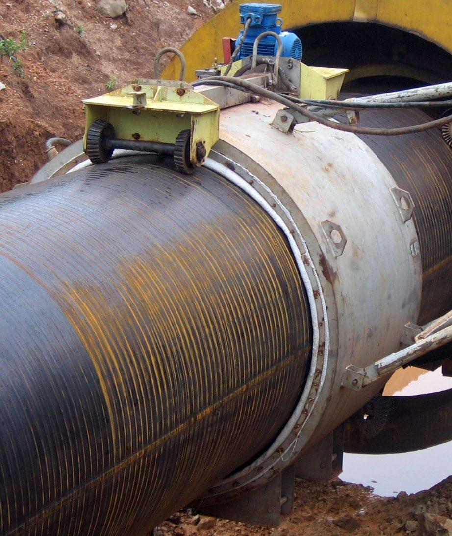 Тип зацепившись за поверхность трубопровода, машинка оборачивается вокруг участка трубы и лента приклеивается к трубе.